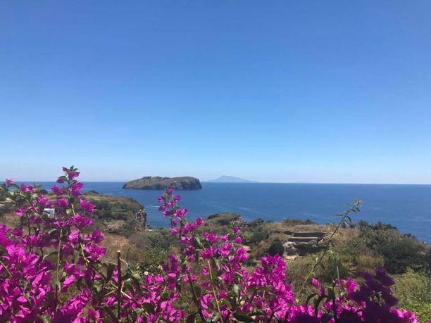 Kirkkaalla säällä voi tähyillä muille Napolinlahden saarille asti.