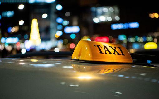 Tolpalta lähtenyt taksikuski ajoi tielle sammuneen miehen yli – uhri teholle