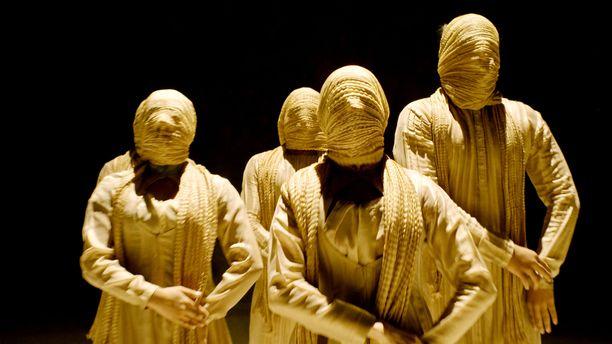 Tanssija ja koreografi Aditi Mangaldasin teos kertoo joukkoraiskaustapauksesta.