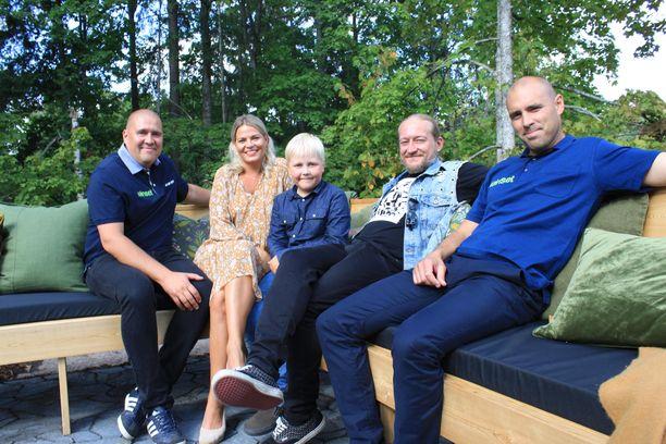 Jarppi Leppälän Urho-poika (kuvassa keskellä) nähdään Kotoisa-ohjelmassa.