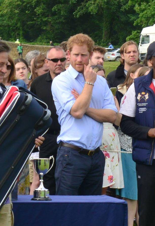 Harry saapui hevospoolokisoihin kannustamaan veljeään.