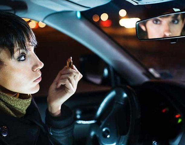 Tilastojen valossa naisten ajotapa on turvallisempi kuin miesten.