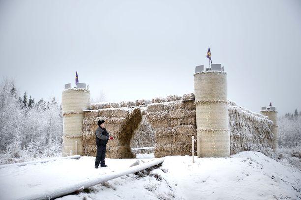 -Toivon linnan seisovan paikallaan monia vuosia, Lehtinen toteaa. Rakennustarkastaja käy perjantaina paikalla.