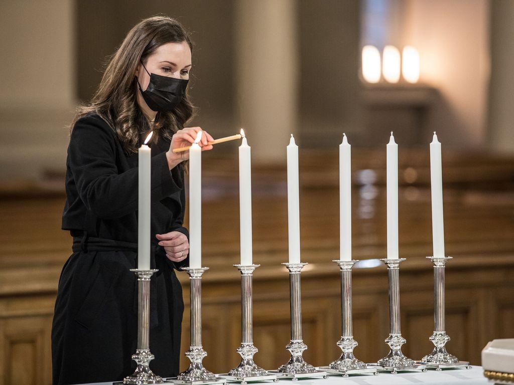 Pääministeri Sanna Marin sytytti kynttilän ennen itsenäisyyspäivän jumalanpalvelusta Helsingin tuomiokirkossa 6,12.2020.