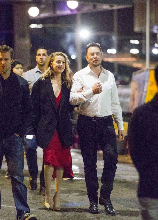 Musk ja Heard tapasivat ensimmäisen kerran vuonna 2013, Heardin kuvatessa Machete Kills-elokuvaa. Tesla-yhtiön perustajan Elon Muskin ja Amber Heardin onni ei kestänyt pitkään.