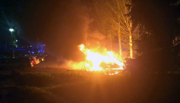 Palo aiheutti lämpösäteilyvaurioita viiteen muuhun autoon.