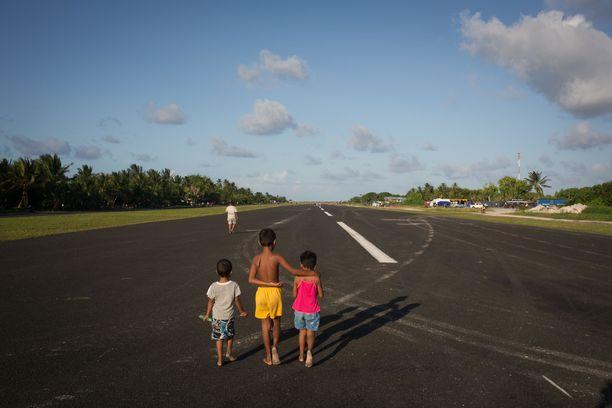 Piskuinen Tuvalu ottaa kaiken ilon irti lentokenttäalueesta.