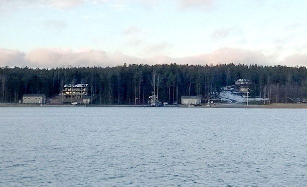 Merivoimien kalustohuutokaupasta hankitut alukset kuvattuina Airiston Helmen maatukikohdassa Paraisten Ybbernäsissä.