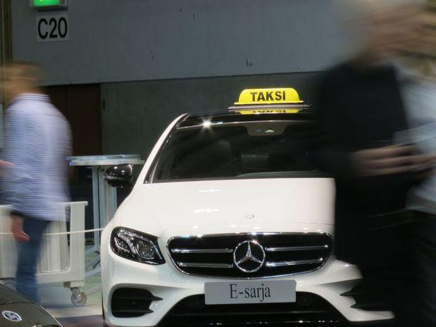 Yksi merkki ylitse muiden yhä taksitolpilla.