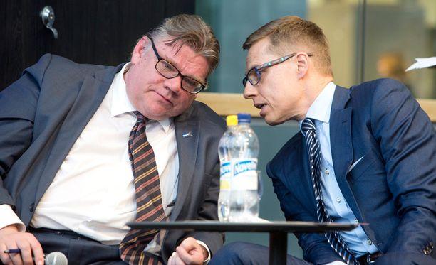 Timo Soinin perussuomalaiset ja Alexander Stubbin kokoomus ovat Ylen kannatuskyselyssä aivan rinta rinnan.