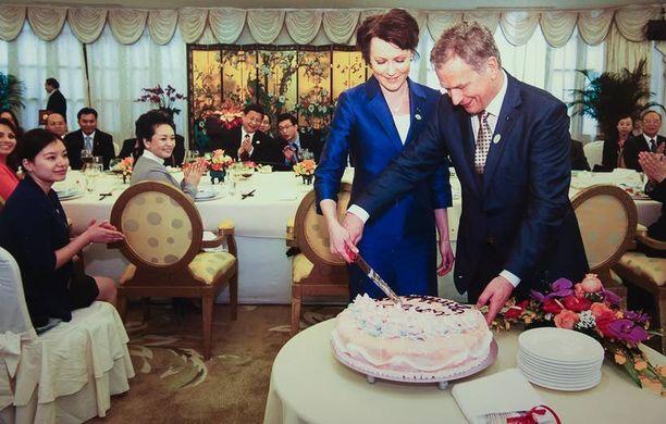 Iltalehti kertoi huhtikuussa 2013 kiinalaisten kokousisäntien Suomen presidenttiparille järjestämästä kakkuyllätyksestä Jenni Haukion syntymäpäivien kunniaksi.