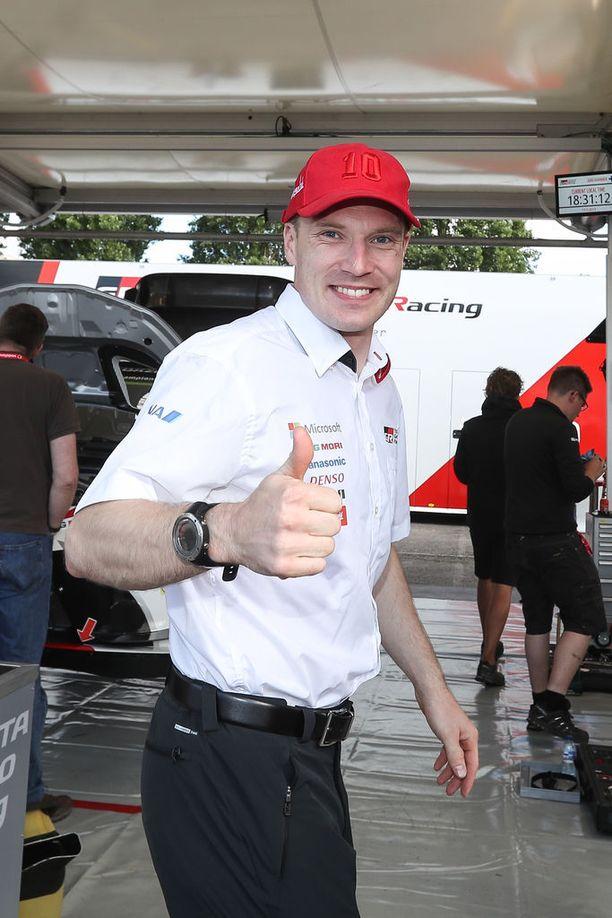 Toyota-kuski Jari-Matti Latvala voi vähintäänkin hymyillä matkalla pankkiin.