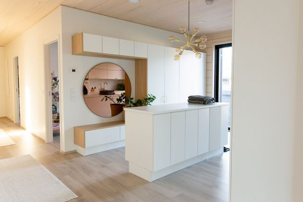 Perheen kodinhoitohuoneessa on noin 13 neliötä. Kodinhoitohuone on makuuhuoneiden ja olohuone-keittiön välissä.