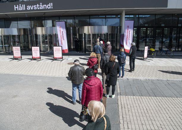 Ihmiset jonottivat koronarokotukseen Tukholman messukeskuksen edustalla viime viikolla.