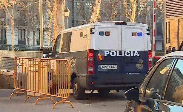 Espanjalaispoliisit eivät käyttäneet aseita väkijoukkoa vastaan.