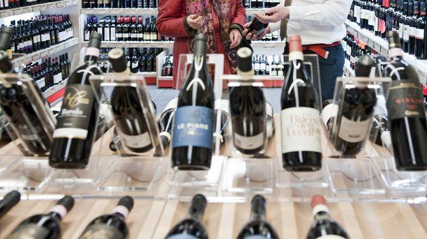 Kokoomus olisi valmis kiristämään alkoholiveroa, jos viinien myynti vapautettaisiin ruokakauppaan.