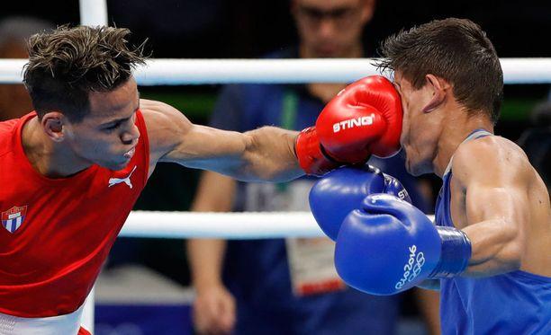 Kuuban Robeisy Ramirez täräytti Uzbekistanin Murodjon Akhmadalievia. Ramirez ottelee tänään kääpiösarjan (56kg) finaalissa, Akhmadaliev pokkasi pronssia.