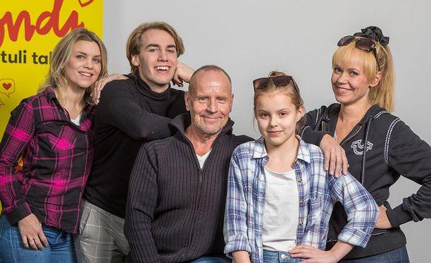 Kuvassa Irina Vartia (vas.), Janne Saarinen, Lasse Karkjärvi, Milla Kiviranta ja Anu Palevaara.