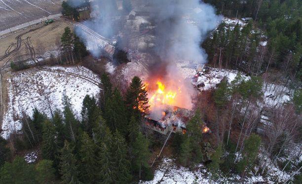 Palo ja sen sammutustyö aiheuttaa voimakasta savunmuodostusta.