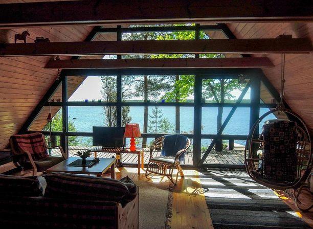 Tervon mökissä ei ole saunaa, mutta erillinen rantasauna löytyy läheisestä niemestä.