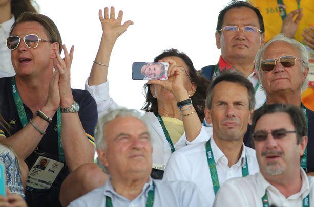 Kuningatar Silvian kännykän kuori paljastui Rion olympiakatsomossa.