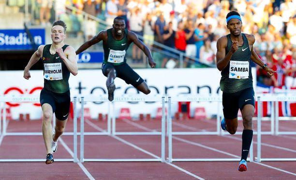 400 metrin aitojen MM-kultamitalisti Karsten Warholm (vas.) on hävinnyt kolmasti perättäin Timanttiliigassa Mauritaniasta Qatariin loikanneelle Abderrahman Samballe.