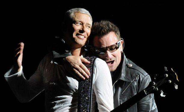 Bonon halausotteessa basisti Adam Clayton.