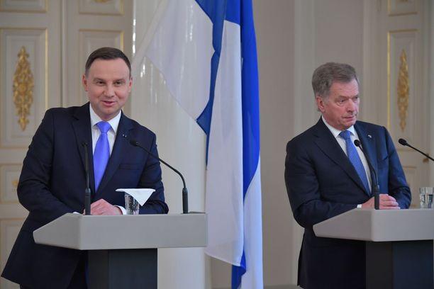 Puolan presidentti ei niele EU-komission maalle esittämää kritiikkiä.