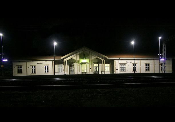 Keskipohjanmaa-lehden mukaan Kannuksen rautatieasemalle on tuotu kynttilöitä uhrin muistolle.