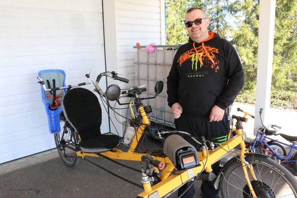 Ville ajelee itse valmistamallaan sähköavusteisella nojapyörällä talvisin. Yhdellä latauksella voi ajaa noin sadan kilometrin verran.