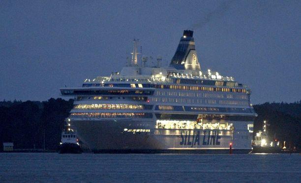 Silja Europa hinattiin satamaan myös vuosi sitten. Tuolloin laivan ohjausjärjestelmiin tuli vikaa.