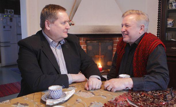 Kansanedustaja Markku Rossi ja taiteilija Matti Kaarlejärvi aikovat muuttaa rekisteröidyn parisuhteensa avioliitoksi heti keskiviikkona. Kuvassa pari Mäntyniemen taitelijakodissa joulukuussa 2015.