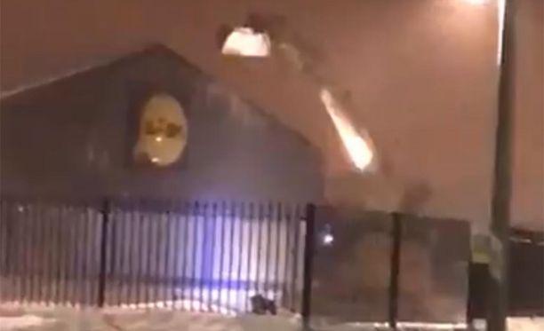 Lidin katto ja seinä pistettiin päreiksi Dublinissa. Poliisit eivät päässeet autoilla paikalle, koska lumi tukki kadut.