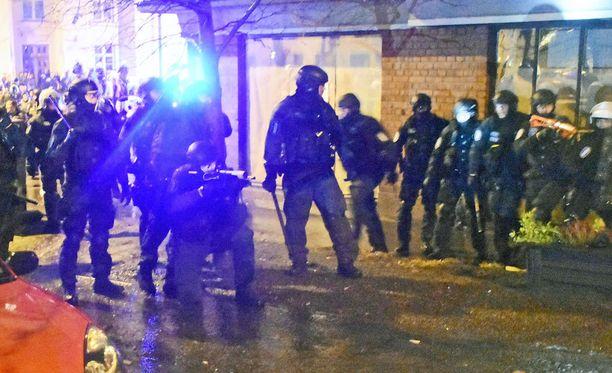 Kvuassa poliisilla on kädessään paineilma-ase.