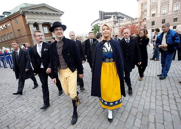 Jimmie Åkesson osallistui avovaimonsa Louise Erixsonin kanssa valtiopäivien avajaisiin neljä vuotta sitten Ruotsin kansallispuvussa.