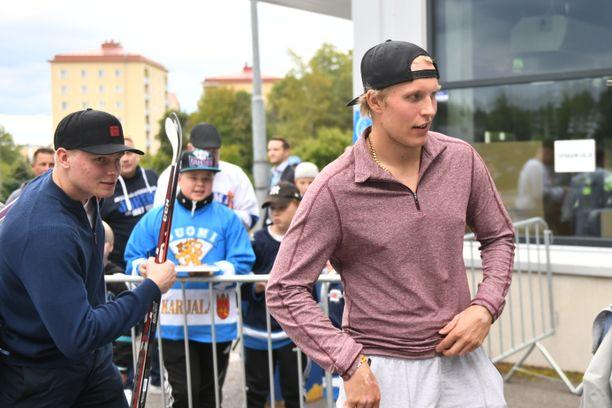Patrik Laine (oikealla) saapui pelaamaan SM-liigan Alumni All Star-ottelua Lahteen.