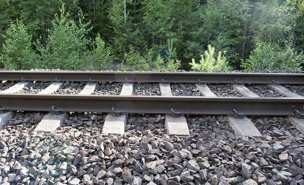 Henkilö jäi junan alle Keravalla ja muut matkustajat näkivät sen. Kuvituskuva.