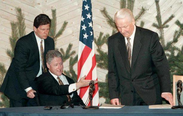 Yhdysvaltain presidentti Clinton edusti Helsingissä pyörätuolissa, kun hän tapasi Boris Jeltsinin.