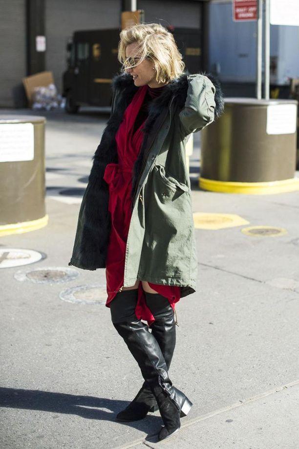 Zanita Whittington vilauttelee hänkin aavistuksen verran reittä yhdistelmässään. Punainen mekko ja kauniisti istuva takki takaavat, ettei hänen yhdistelmänsä ole aivan yhtä dramaattinen kuin Rihannan.