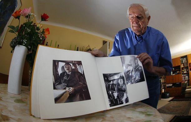 Rochus Mischin kuva-albumissa oli kuvia myös Hitleristä.