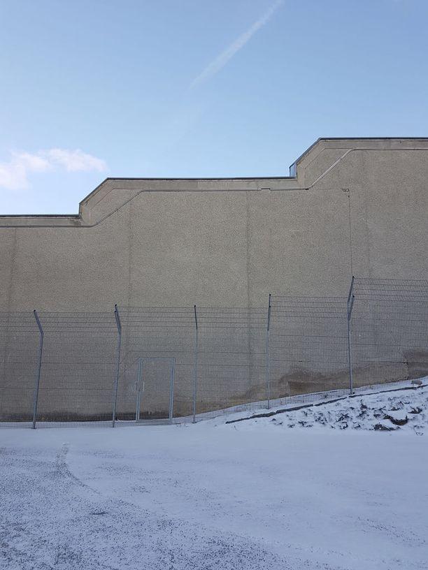 Tältä näyttää Riihimäen vankilan muuri sisältä päin.