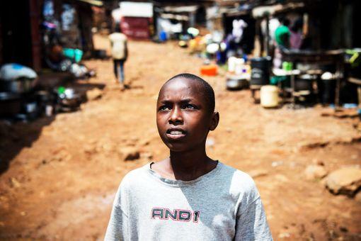 Abdul, 12, ajautui kadulle kaksivuotiaana väkivaltaisen perheriidan jälkeen. Vanhemmat hylkäsivät taaperoikäisen pojan ja jättivät hänet isompien katulasten huollettavaksi.- He opettivat minut haistelemaan bensaa. Se lämmitti ja vei näläntunteen pois. Öisin nukuin muovipussissa. Vaikeinta oli sateella. Silloin oli aina kylmä ja tulin usein sairaaksi, Abdul kertoo.Hieman isompana hän hankki elantoa keräämällä metallia. Haastavinta oli jokapäiväinen taistelu ruuasta. Koskaan ei voinut tietää, saako tänään syödäkseen vai ei.