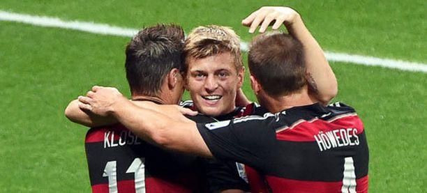 Miroslav Klose, Toni Kroos ja Benedikt Höwedes juhlivat eilen murskavoittoa Brasiliasta.