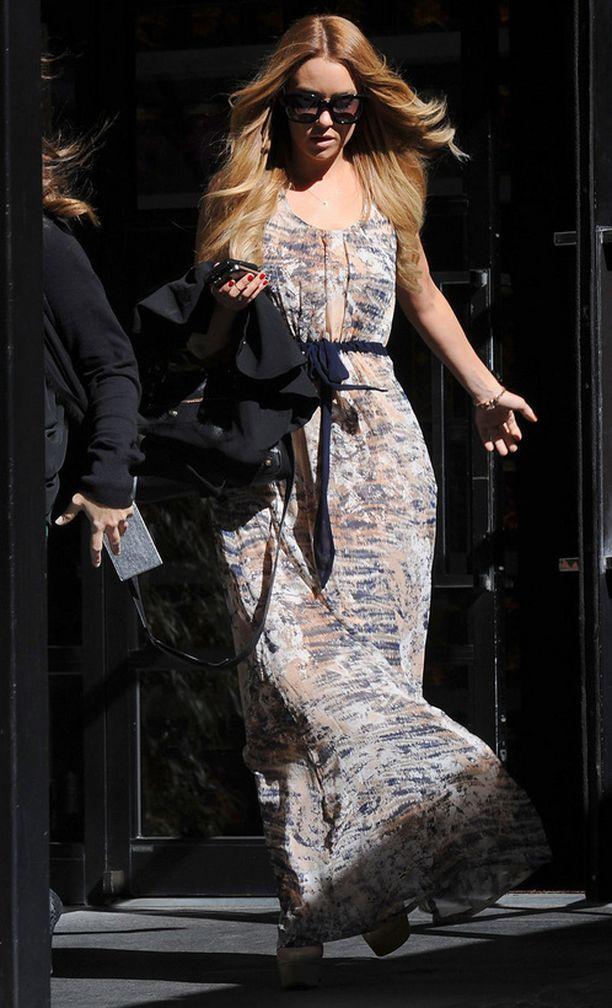 Vyö tuo Lauren Conradin mekkoon muotoa.