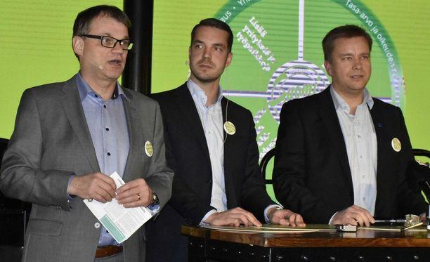 Juha Sipilä (vasemmalla) ja Antti Kaikkonen (oikealla) keskustan kuntavaaliristeilyllä helmikuussa 2017. Herrojen välissä puoluesihteeri Jouni Ovaska.