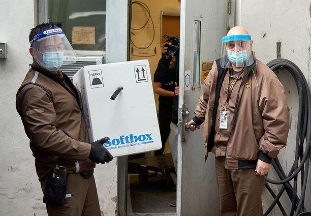 Rokotteen kylmäketjussa täytyy olla tarkkana. Tässä kuvassa Pfizer/BioNTechin rokotteita saapuu vanhustenkotiin Kanadan Montrealissa 14. joulukuuta.