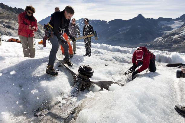 Kuvassa Alpeilta löytyneen koneen potkuri, jota kaivetaan lumesta. Poikkeuksellisen kuuman kesän sulattama lumi paljasti 72 vuotta sitten kadonneen lentokoneen.