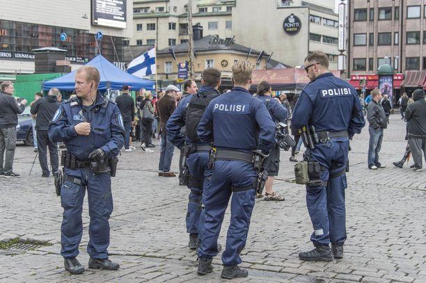 Poliisi valvomassa Suomi ensin-liikkeen mielenosoitusta Turun kauppatorilla terroripuukotuksen jälkeisenä päivänä 19. elokuuta 2017.