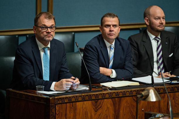 Hallituksen johtotrio on kovan paikan edessä: vasemmalta ministerit Juha Sipilä (kesk), Petteri Orpo (kok) ja Sampo Terho (sin).