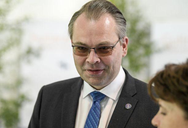 """Jussi Niinistö muistuttaa, että Nato on suurimmalle osalle EU-maista keskeisin sotilaallisen toiminnan viitekehys. Niinistön mukaan tahot, jotka eivät halua keskustella missään tapauksessa Suomen Nato-jäsenyydestä, """"rummuttavat EU:n puolustusyhteistyötä suurempimerkityksellisempänä kuin mitä siitä koskaan todennäköisesti tulee""""."""